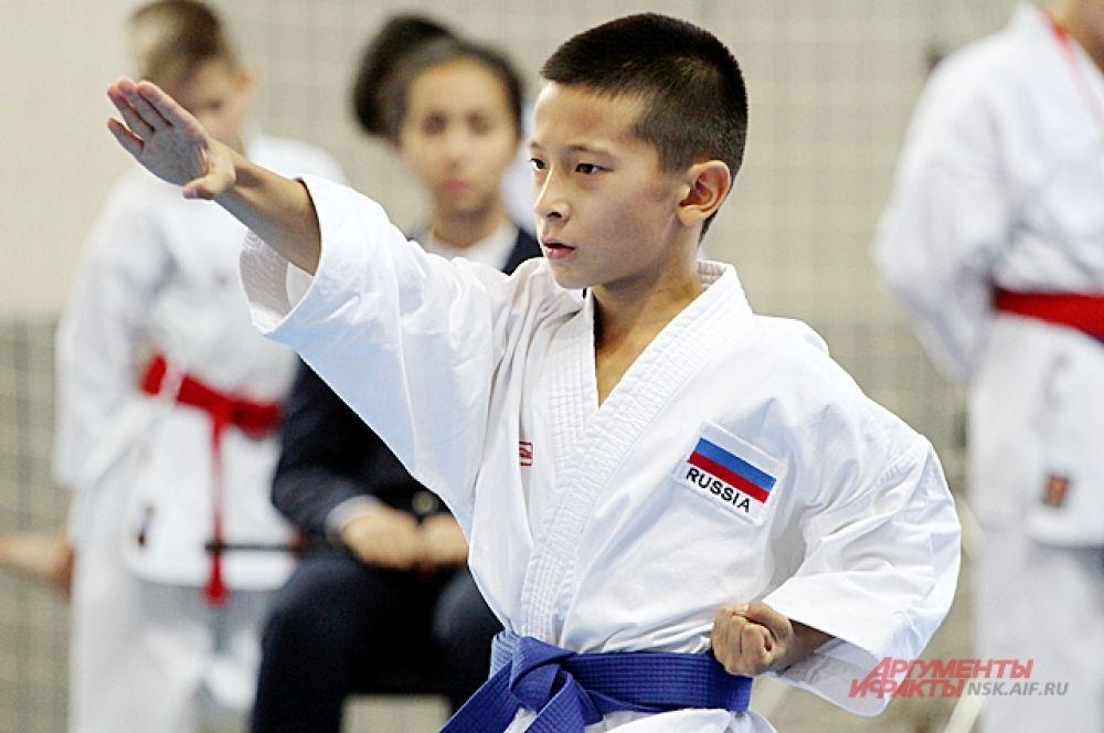 Удары руками считаются более эффективными в карате.