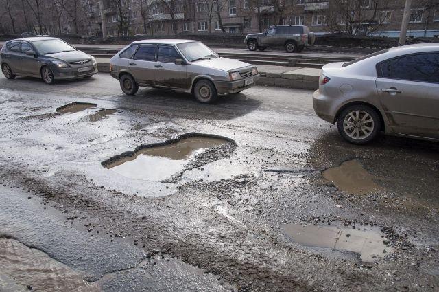 В Омске каждый год заделывают одни и те же ямы.