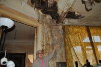 Кровля в доме, который построен в 1864 году, давно пришла в негодность, прогнила, протекает.