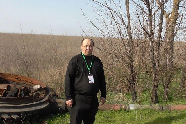 Сергей Шведко на фоне башни одного из украинских танков, которые пытались прорваться в село Коминтерново Донецкой области в первый день перемирия 5 сентября 2014 года.