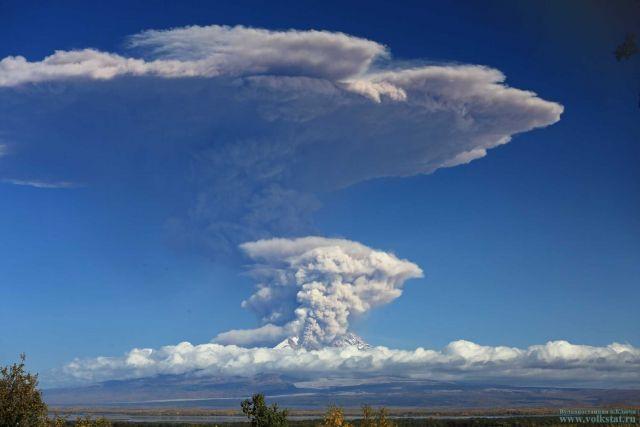 Сегодня днем вулкан Ключевской выбросил пепел на 5 километров