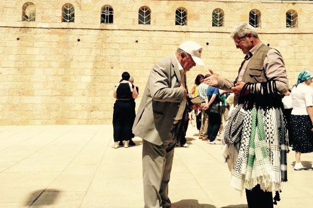 Иерусалим - кто пришел посмотреть святыни, а кто и подработать