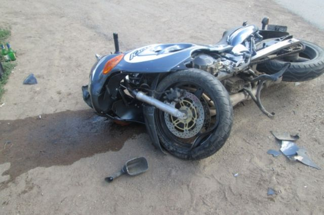 НаВолодарке мотоцикл протаранил столб идва авто
