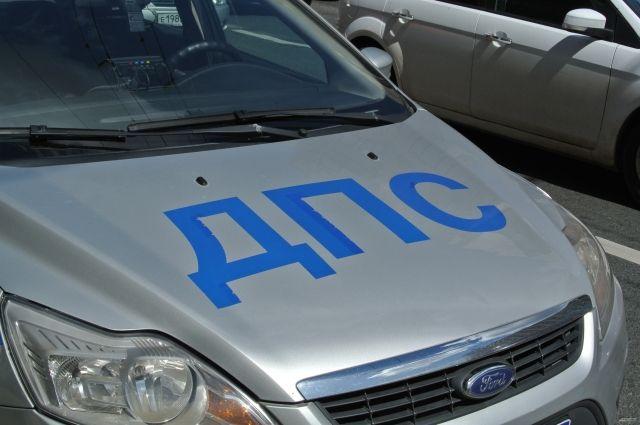 Экипаж ДПС остановил автомобиль «Тойота» за нарушение правил тонировки, и во время проверки документов пассажирка стала вести себя агрессивно по отношению к одному из полицейских и нанесла ему несколько ударов.