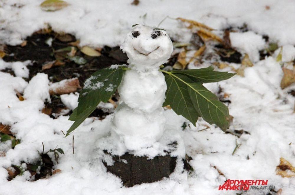 Крошечных снеговиков сегодня можно встретить в центре Иркутска то тут, то там.
