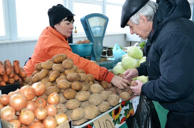 Овощные прилавки заполнены во многом благодаря фермерам.