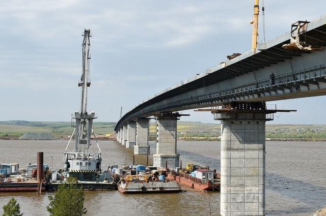 Мост собирались открыть ещё в сентябре.