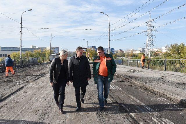 Пешеходы продолжают пользоваться Свердловским мостом, невзирая наремонт