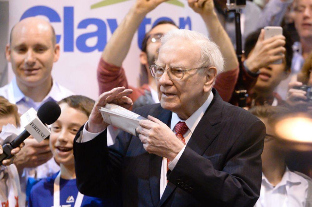 На протяжении 15 лет глава Berkshire Hathaway Уоррен Баффет занимал вторую строчку рейтинга богатейших людей США. А в этом году уступил «серебро» Безосу. Состояние Баффета составляет 65,5 млрд долларов.
