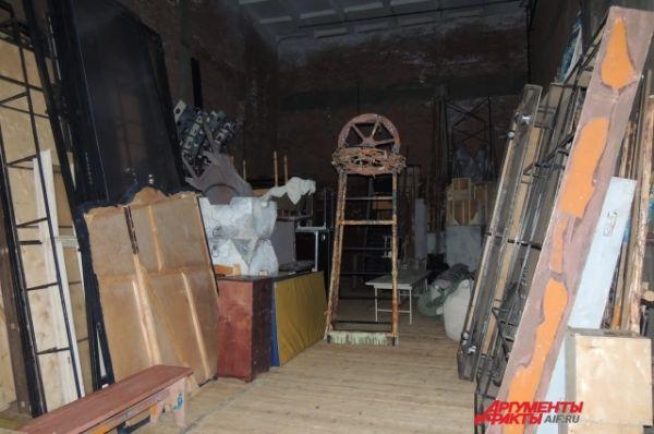 По соседству со сценой, в двух больших помещениях справа и слева, хранится реквизит на неделю вперед. Его привозят с базы на ул. Тукая. Помещения театра уже не в состоянии вместить его.