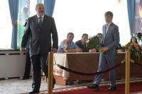 Президент Белоруссии Александр Лукашенко с сыном Николаем на участке №509 в Минске во время парламентских выборов в Белоруссии, 2016 год.