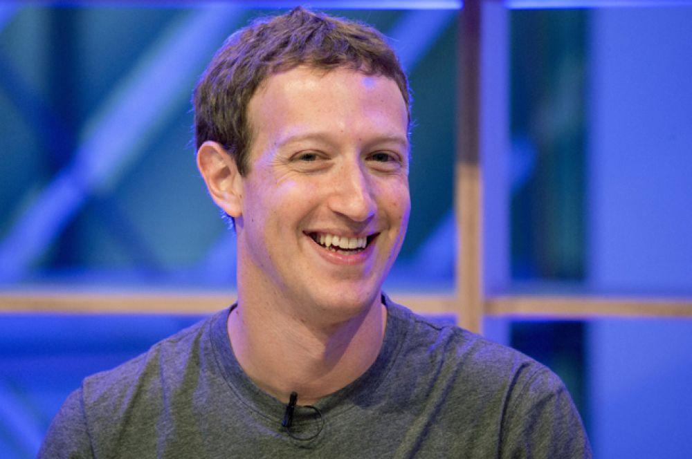 Состояние в 55,5 млрд долларов позволило главе Facebook Марку Цукербергу занять четвертую позицию рейтинга Forbes. Кстати, недавно Цукерберг объявил о желании пожертвовать 3 млрд долларов на исследования в области здравоохранения.