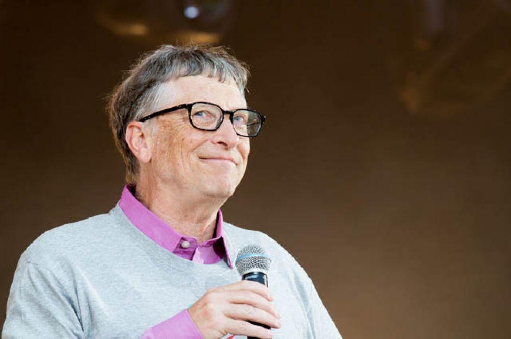 Возглавляет список богатейших американцев традиционно Билл Гейтс. На первом месте рейтинга Forbes сооснователь «Майкрософт» оказывается уже в 23 раз.  С марта его состояние выросло на 6 млрд долларов, до 81 млрд долларов.