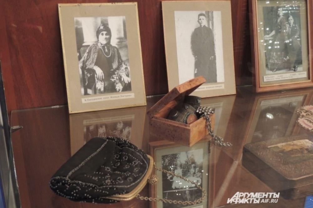 В театре можно увидеть личные вещи драматургов (например, Карима Тинчурина, Галиаскара Камала), архивные снимки.