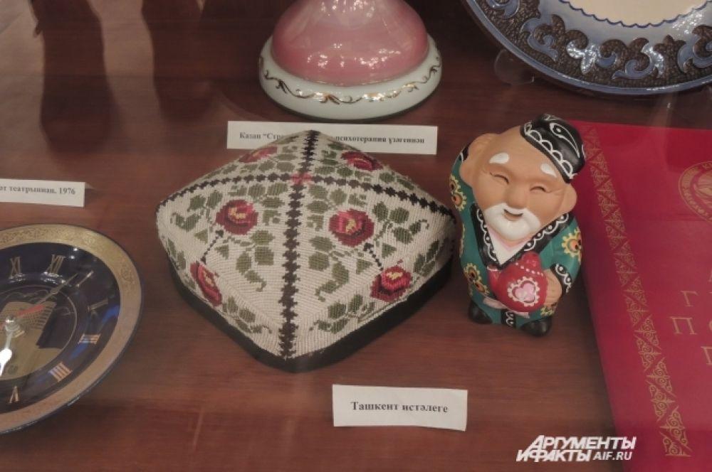 Подарки, которые актеры привозят с гастролей, также бережно хранятся в экспозиции.