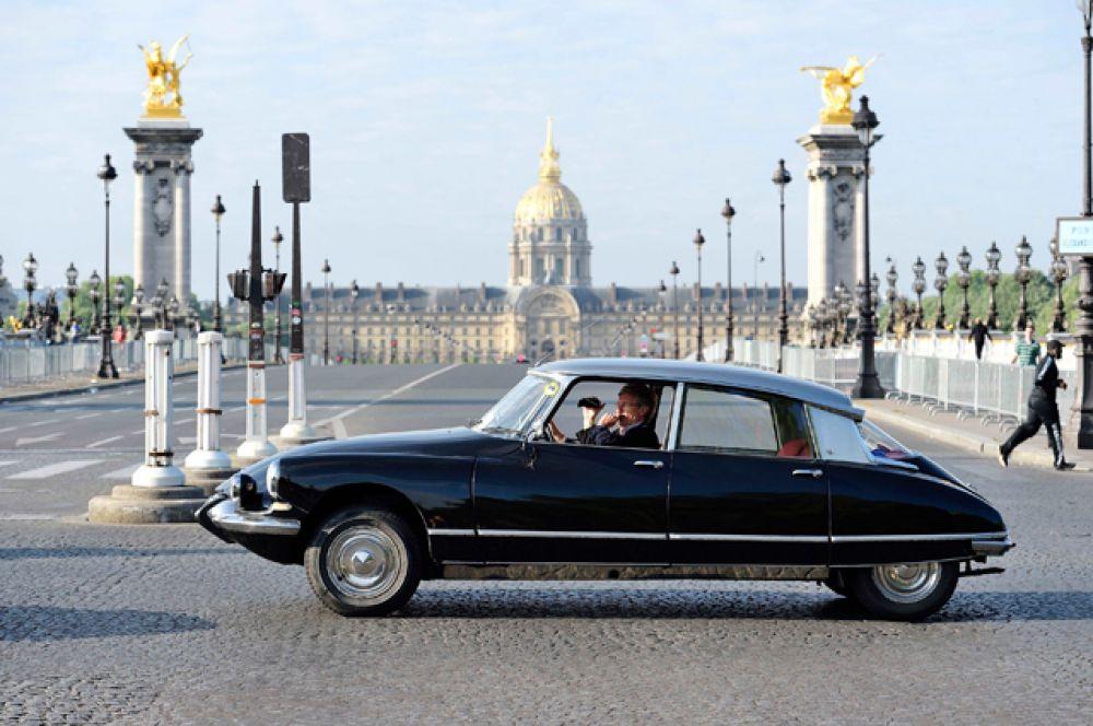 Citroën DS отличался необычной конструкцией. Двигатель стоял под передней панелью в салоне, коробка передач выходила за переднюю ось, а за плавность хода отвечала гидропневматическая подвеска. Тяга передавалась на передние колеса. Автомобиль тут же полюбился французским чиновникам и аристократам. На нем ездил даже киношный Фантомас!