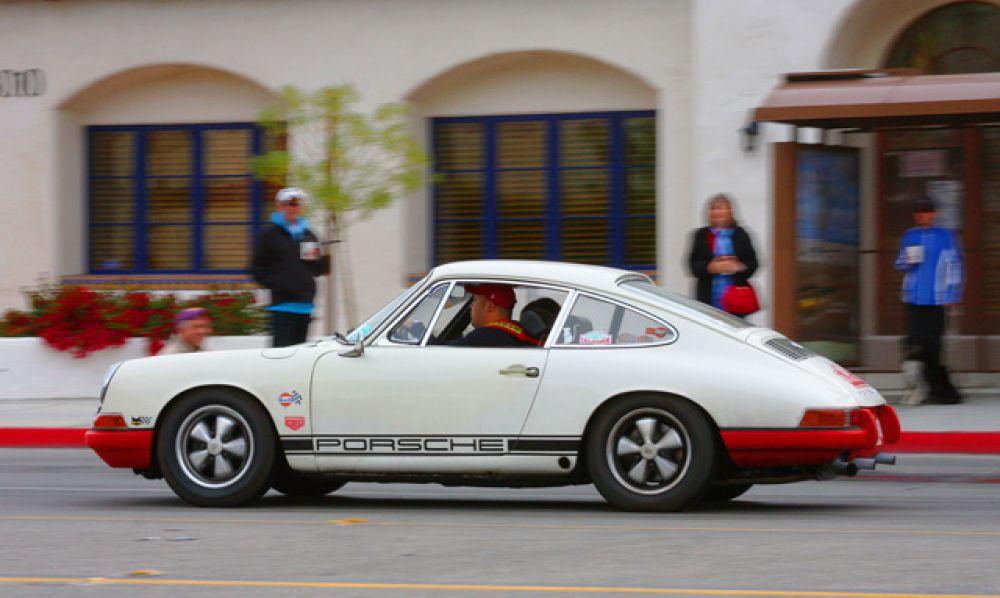 Замыкает пятерку Porsche 911, который стал идейным продолжателем заднемоторного Beetle конструктора Фердинанда Порше. Машина оказалась недорогой и технически совершенной, из-за чего превратилась в самый массовый спорткар ХХ века.