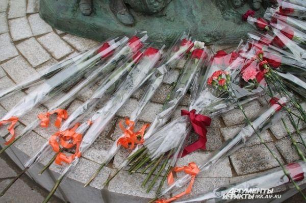 Присутствующие возложили цветы.