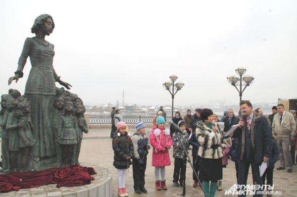 Скульптура представляет собой фигуру учительницы, окруженную детьми.