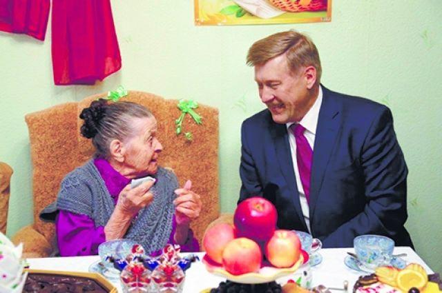 Накануне декады мэр Анатолий Локоть поздравил со 100-летним юбилеем Анну Дарьину