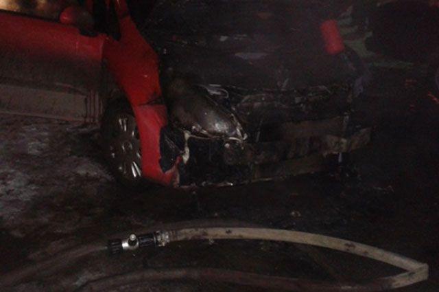 Ночью вКомпрессорном огонь поломал три автомобиля