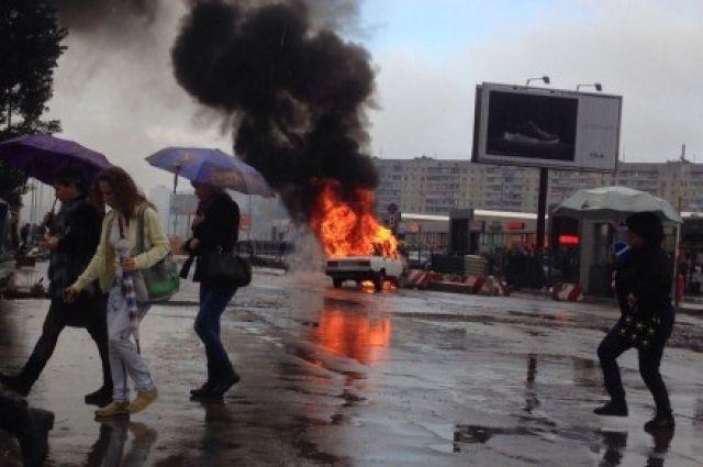 ВХарькове увхода вметро автомобиль вспыхнул, как факел