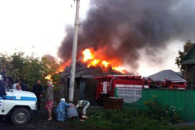 Двое полицейских наруках вынесли парализованного изгорящего дома
