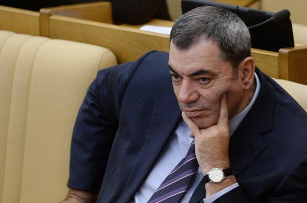 На третьем месте — Леонид Симановский, который хранит в банке 2,9 млрд руб. Его доход в прошлом году составил 909,4 млн руб.