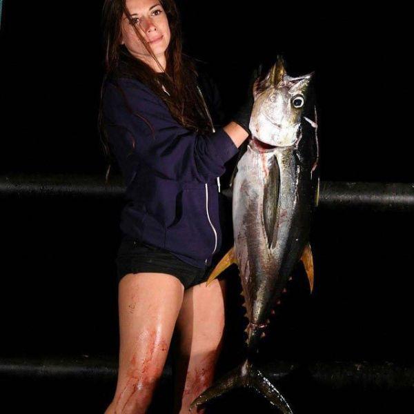 А представляете если она еще и готовит эту рыбу? Долго искать мужа ей точно не придется