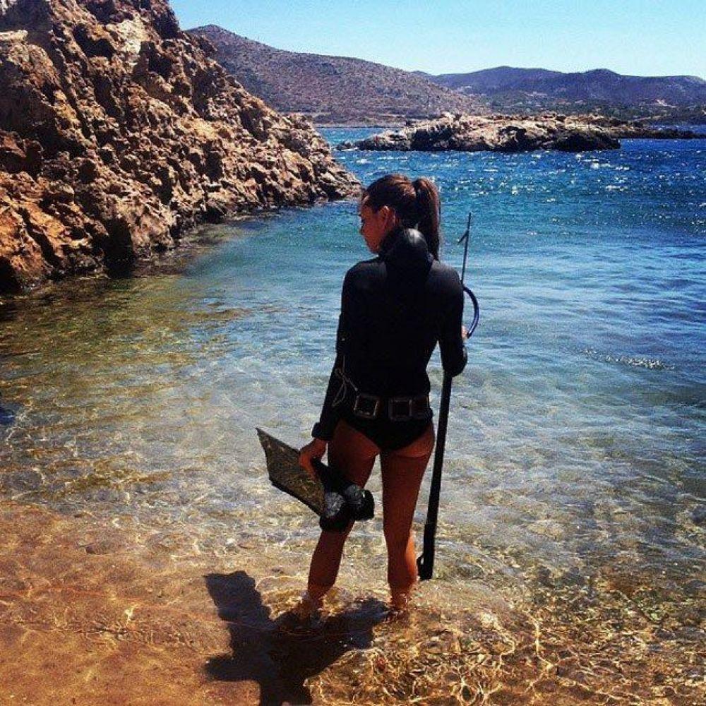 И эта девушка настоящая подводная охотница за рыбой