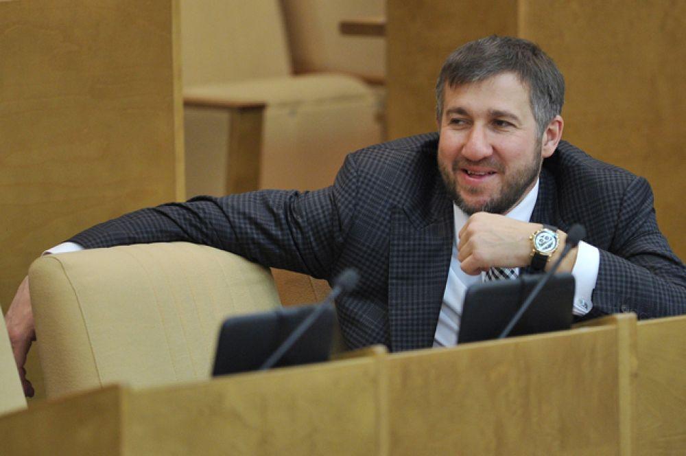 Второе место занимает бизнесмен Григорий Аникеев, который владеет 4,2 млрд руб. В 2015 году согласно декларации он заработал 571,3 млн руб.