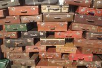Для спектакля нужны старые чемоданы.