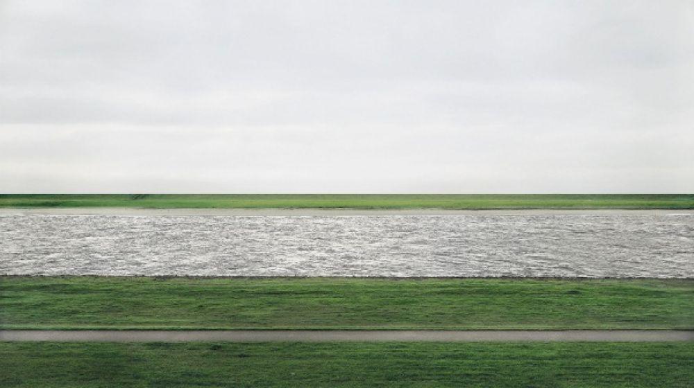«Рейн-II» Андреаса Гурски было продано за 4,33 миллиона долларов в 2011 году при том, что фото было сделано в не таком уж и далеком 1999. На фото река Рейн между двумя дамбами
