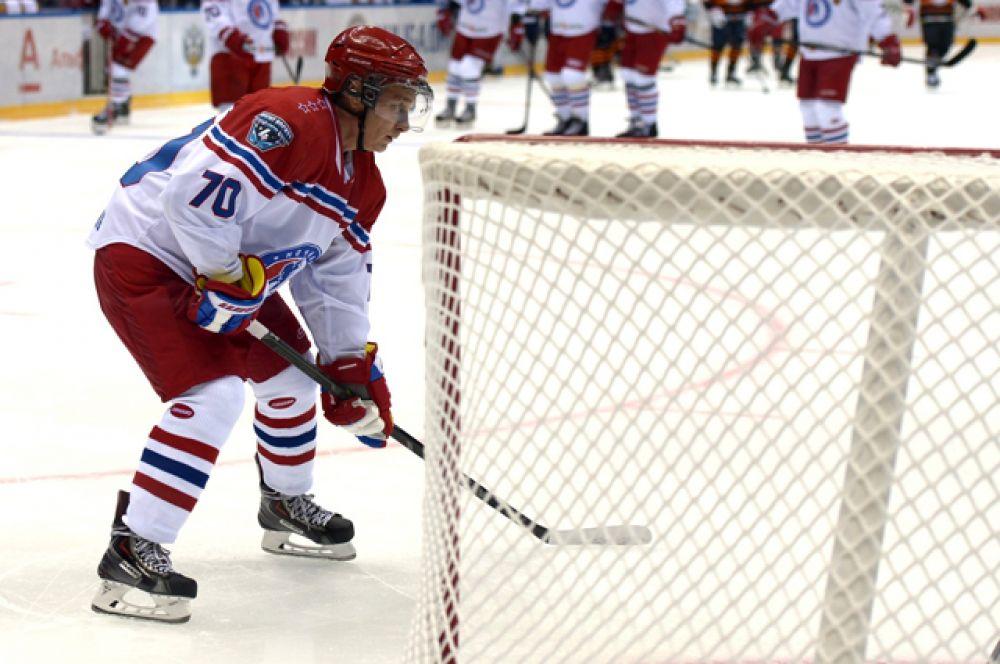 Хоккеист. В 2011 году Путин освоил катание на коньках и начал играть в хоккей. На матче Ночной хоккейной лиги в Сочи, 16 мая 2015 года.