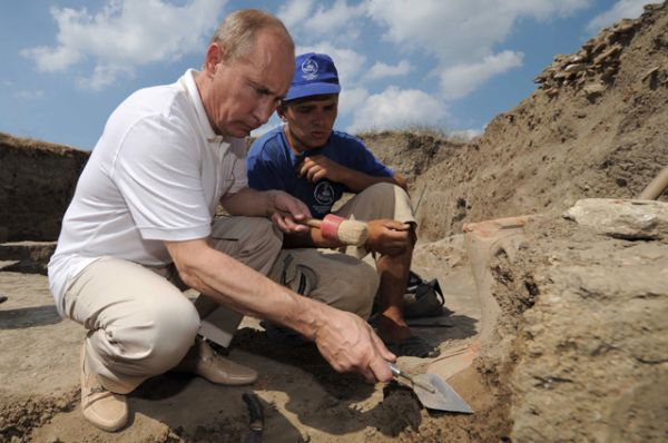 Археолог. В августе 2011 года Владимир Путин  посетил лагерь археологов, ведущих раскопки уникального древнегреческого города Фанагория, и помог им с поиском древних амфор.