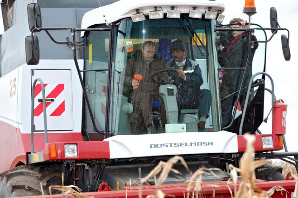 Комбайнер. Во время рабочей поездки в Ставрополь в октябре 2011 года Путин лично управлял зерноуборочным комбайном и помог собрать урожай.
