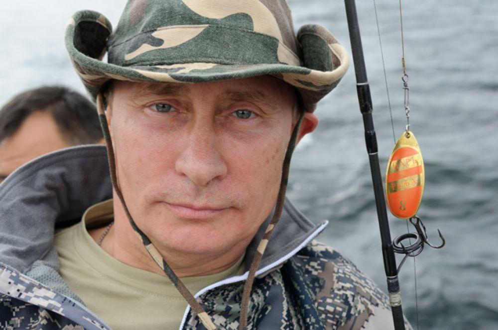 Рыбак. Владимир Путин во время рыбалки в Красноярском крае в июле 2013 года на блесну поймал 21-килограммовую щуку на озере в Туве.