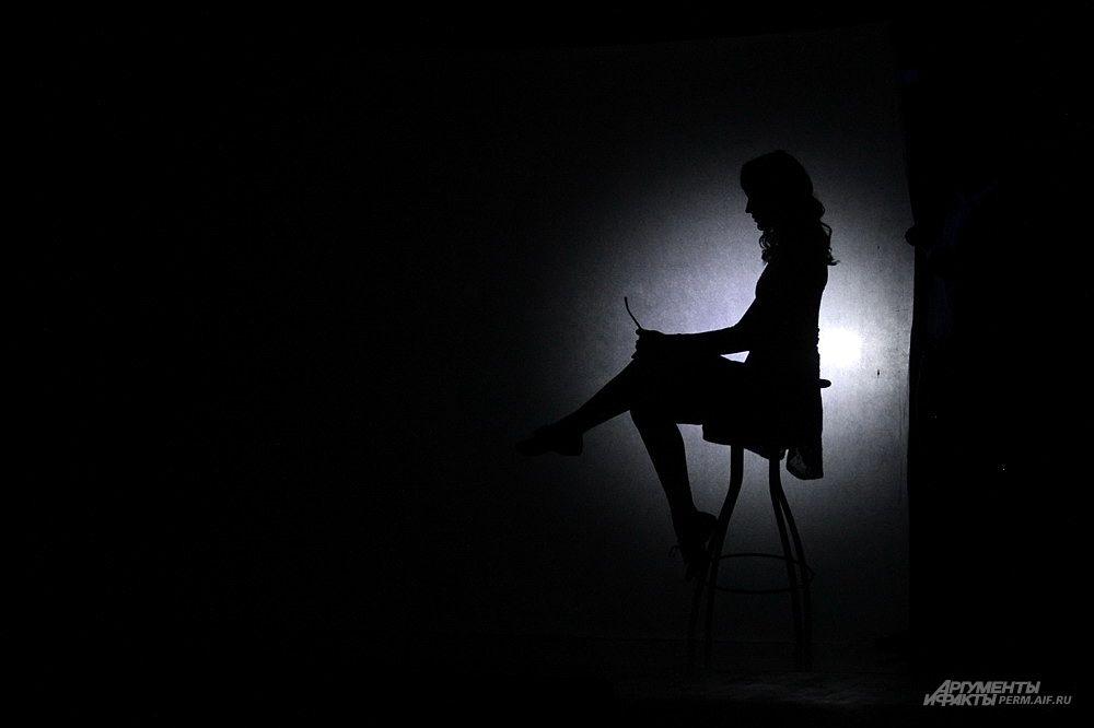 Одна из юных пермских красавиц в своем номере использовала экран и падающие тени от света фонаря.