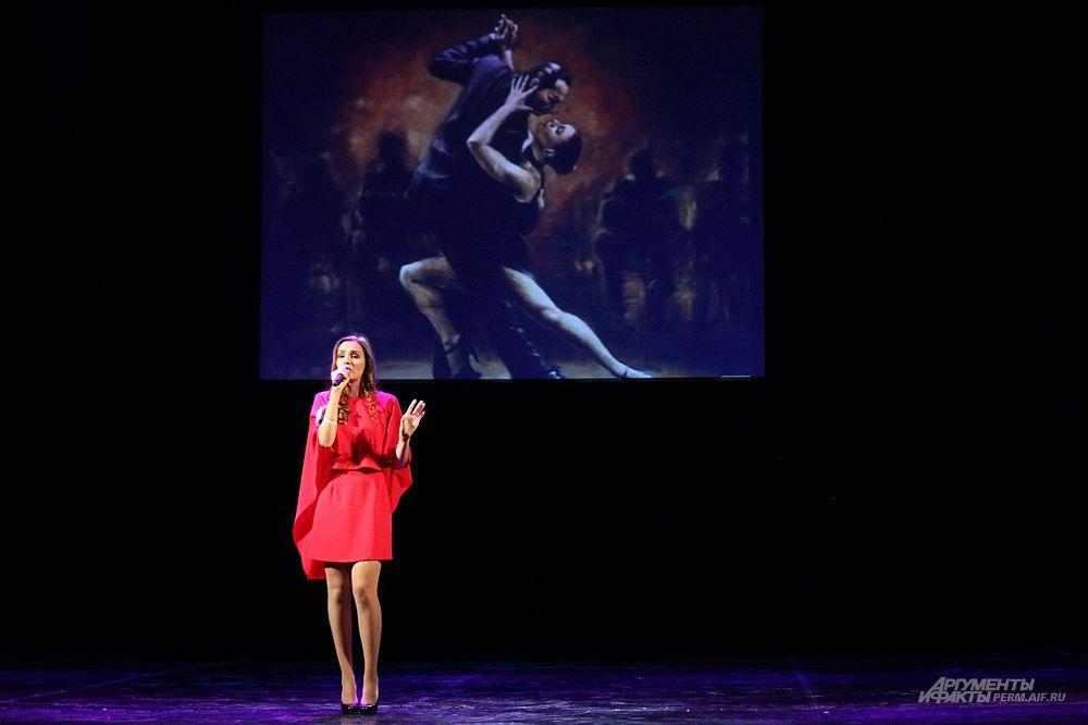 В следующем этапе конкурса участницы предстали перед зрителями в образах героинь кинолент.