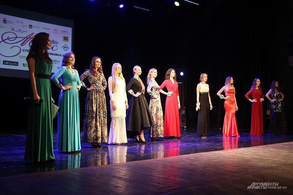 Заключительный этап конкурса – дефиле участниц в вечерних платьях.