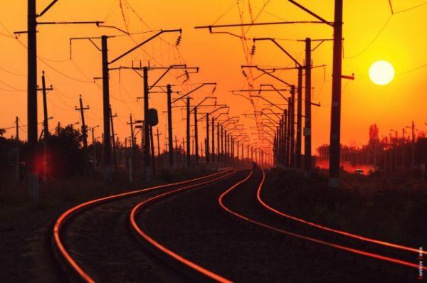 Кажется, что поезда, вслед за перелётными птицами, тоже умчались на юг.