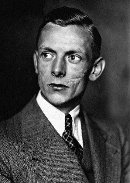 Адольф Бутенандт, немецкий химик. Также из-за политической обстановки в Германии не смог получить Нобелевскую премию по химии в 1939 году. Только после 1945 года получил заслуженную медаль и диплом.