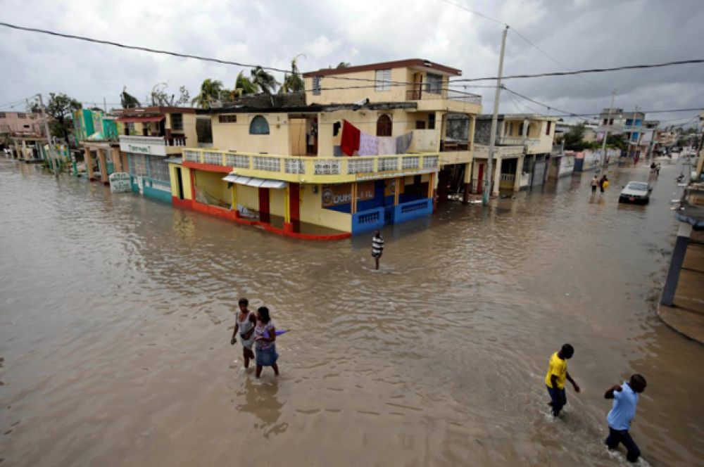 Пока нельзя точно сказать, сколько еще человек могли погибнуть, так как вода пока отступает только в некоторых зонах.