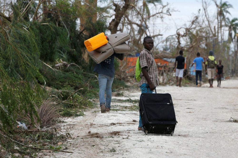 Местное население массово уезжает из прибрежных районов.