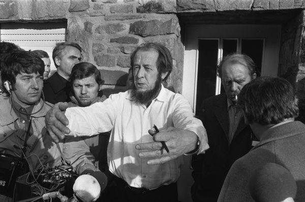 Александр Солженицын, русский писатель. Не смог получить Нобелевскую премию по литературе в 1970 году из-за политической обстановки в СССР и давления властей. Премию, диплом и медаль лауреата Александр Солженицын получил в 1975 году, после высылки из страны.