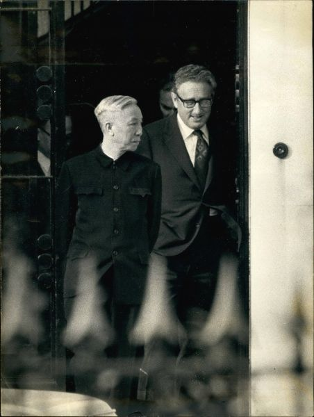 Ле Дык Тхо (на фото - слева, справа Генри Киссинджер), политический деятель Северного Вьетнама. Отказался от Нобелевской премии мира в 1973 году из-за того, что не смог положить конец войне.