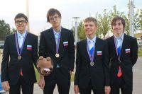 Владислав Макеев (второй слева) уже давно решает задачи, условия которых родители не понимают.