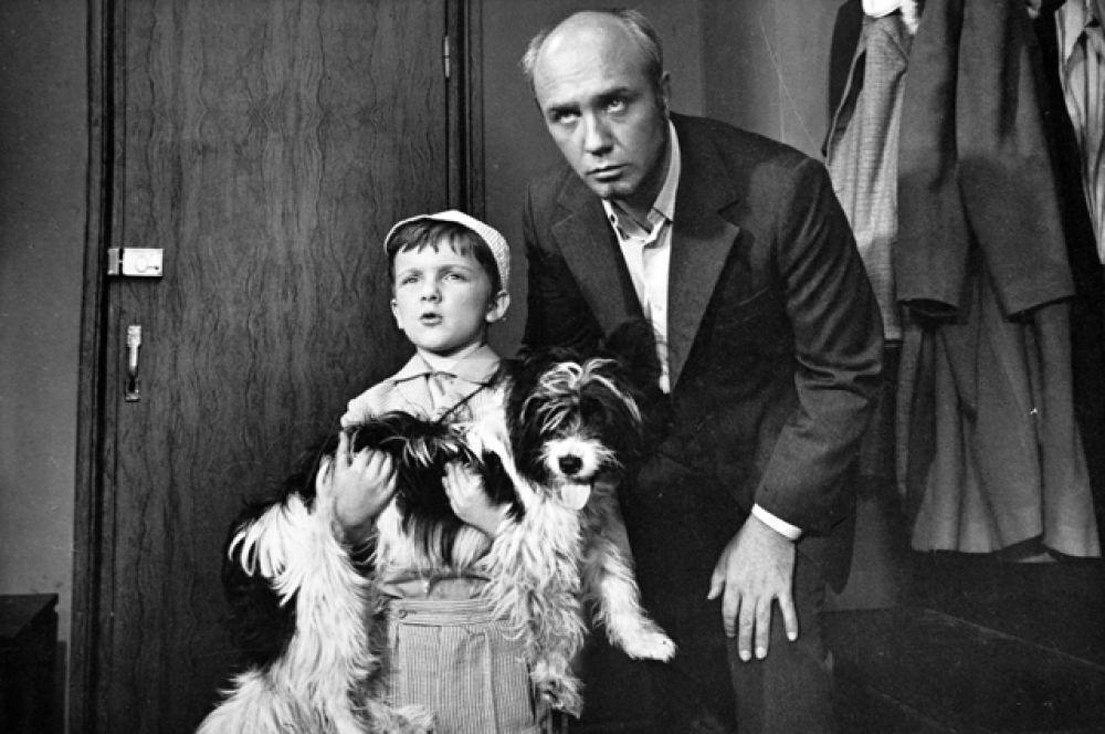 Леонид Куравлев в роли папы Алеши в кинофильме «Кыш и Двапортфеля» (1974).