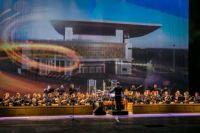 Сцена оборудована многоуровневой подвижной оркестровой ямой.