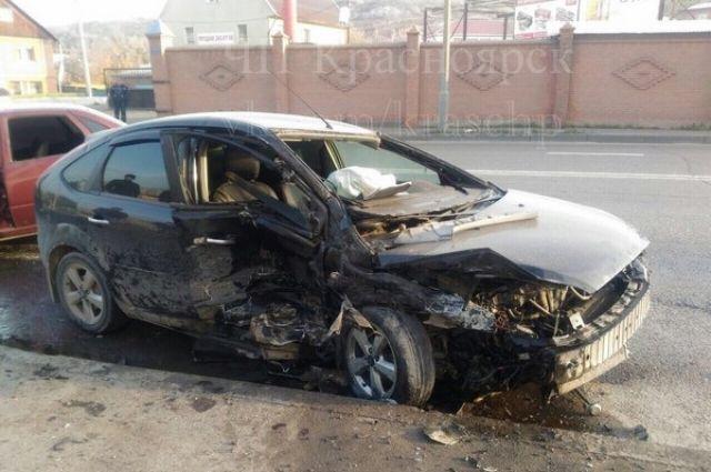 Водитель и пассажир отечественного авто госпитализированы.